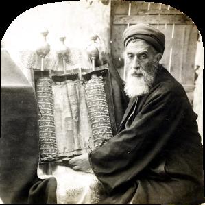 Sumo sacerdote samaritano con los rollos de la Torah