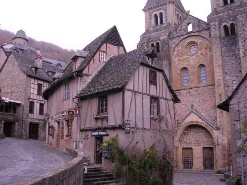 Conques, en el Languedoc, escenario de la cruzada contra los cátaros - Iglesia de la abadía de Saint Foy (Languedoc), escenarios de la cruzada contra los cátaros.